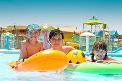 Kinderen die in pool spelen stock foto's