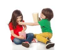 Kinderen die popcorn eten Stock Afbeelding