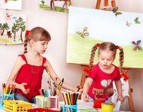 Kinderen die potlood in kleuterschool schilderen. Stock Foto's