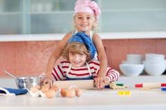 Kinderen die pret in de Keuken hebben Stock Fotografie