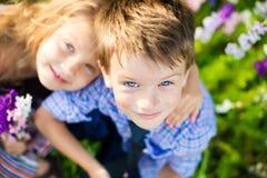 Kinderen die pret hebben bij de zomerdag royalty-vrije stock afbeeldingen