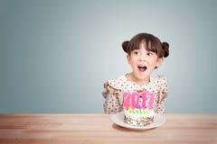 Kinderen die pret hebben bij nieuwe jaarpartij met cake en kaars 2017 Stock Fotografie