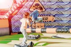 Kinderen die pret hebben bij pretpark Rit op kano Gelukkig kinderjarenconcept stock afbeeldingen