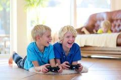 Kinderen die pret hebben thuis Stock Foto