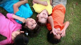 Kinderen die pret in het park hebben stock videobeelden