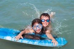 Kinderen die pret in water hebben Stock Fotografie