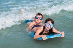Kinderen die pret in water hebben Royalty-vrije Stock Foto