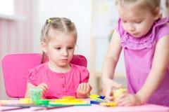 Kinderen die samen in kinderdagverblijf spelen Royalty-vrije Stock Afbeelding