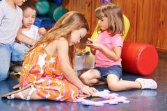 Kinderen die samen in kleuterschool spelen royalty-vrije stock fotografie