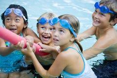 Kinderen die samen met poolstuk speelgoed spelen Royalty-vrije Stock Foto