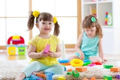 Kinderen die samen spelen Het spel van peuterjonge geitjes met blokken Onderwijsspeelgoed voor kleuterschool en kleuterschoolkind Royalty-vrije Stock Foto