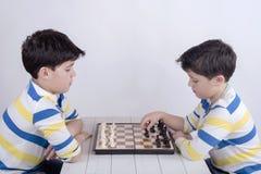 Kinderen die schaak spelen royalty-vrije stock foto