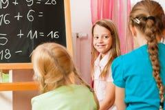 Kinderen die school spelen Royalty-vrije Stock Foto's