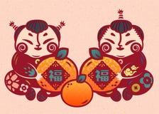 Kinderen die sinaasappel in document kunststijl houden die, fortuinwoord in Chinees karakter op het fruit wordt geschreven royalty-vrije illustratie