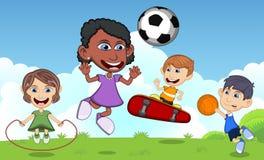 Kinderen die skateboard, basketbal, touwtjespringen, voetbal in de vectorillustratie van het parkbeeldverhaal spelen Stock Afbeeldingen