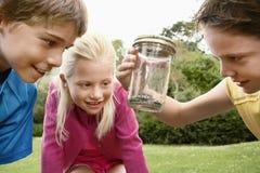 Kinderen die Slang in Kruik bekijken royalty-vrije stock foto