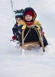 Kinderen die in sneeuw spelen Stock Afbeeldingen