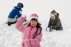 Kinderen die in Sneeuw spelen Stock Afbeelding