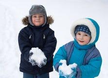 Kinderen die in sneeuw spelen royalty-vrije stock afbeelding