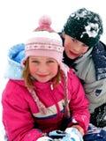 Kinderen die in sneeuw spelen royalty-vrije stock afbeeldingen