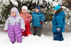 Kinderen die in sneeuw spelen openlucht Stock Foto's
