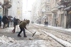 Kinderen die sneeuw van populaire Istiklal-Straat van Beyoglu schoonmaken Stock Afbeelding