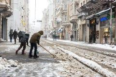 Kinderen die sneeuw van populaire Istiklal-Straat van Beyoglu schoonmaken Royalty-vrije Stock Afbeeldingen