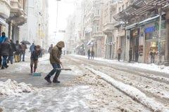 Kinderen die sneeuw van populaire Istiklal-Straat van Beyoglu schoonmaken Royalty-vrije Stock Foto