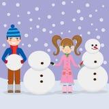 Kinderen die sneeuwmannen maken. Royalty-vrije Stock Fotografie