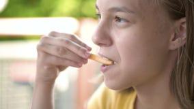 Kinderen die snel voedsel eten stock videobeelden