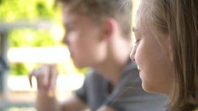 Kinderen die snel voedsel eten stock video