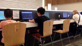 Kinderen die spel binnen bibliotheek spelen stock video