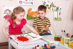 Kinderen die in spelruimte schilderen. Stock Fotografie