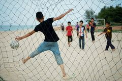 Kinderen die strandvoetbal spelen in Setiu, Terengganu, Maleisië stock afbeeldingen