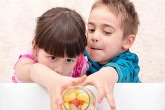 Kinderen die suikergoed nemen Stock Afbeeldingen