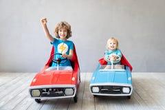 Kinderen die superheroes thuis spelen royalty-vrije stock afbeeldingen