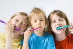 Kinderen die tanden borstelen royalty-vrije stock foto
