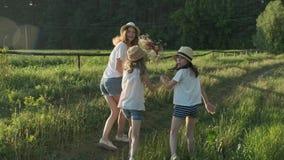 Kinderen die terug langs een landwegdraai hun gezichten lopen om verrast en blij te kijken stock videobeelden