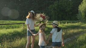 Kinderen die terug langs een landwegdraai hun gezichten lopen om verrast en blij te kijken stock footage