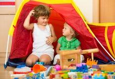 Kinderen die thuis spelen Stock Afbeelding