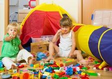 Kinderen die thuis spelen Royalty-vrije Stock Foto