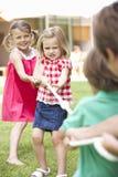 Kinderen die Touwtrekwedstrijd spelen Stock Foto's