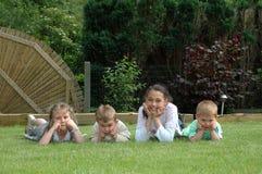 Kinderen die in tuin spelen. royalty-vrije stock afbeeldingen
