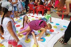 Kinderen die twister spel op de Dag van de Kinderenbescherming in Volgograd spelen Stock Foto