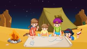 Kinderen die uit in de woestijn kamperen Stock Foto