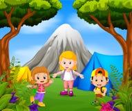 Kinderen die uit in het park met bergscène kamperen stock illustratie