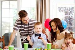 Kinderen die verjaardags van cake genieten royalty-vrije stock fotografie