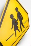 Kinderen die Verkeersteken kruisen Stock Foto's