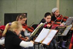 Kinderen die viool spelen stock afbeeldingen