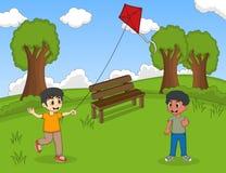 Kinderen die vliegers spelen bij het parkbeeldverhaal Stock Foto